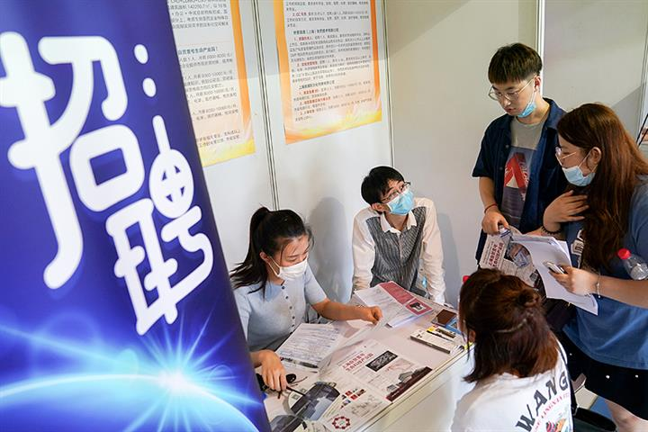 70% of Shanghai, Guangdong University Graduates Opt to Stay Home