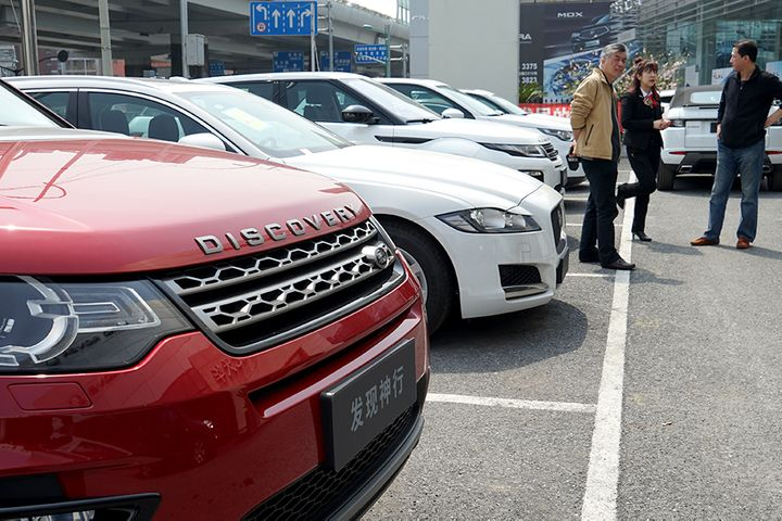 Beijing, Shanghai Are Unlikely to Fully Lift Car Buying Curbs, Experts Say