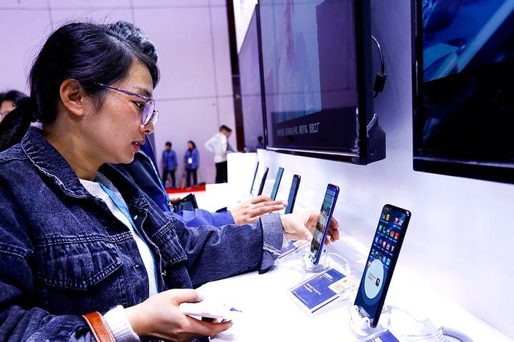 China's Domestic Smartphone Shipments Slid 54.7% in February