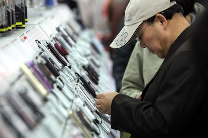 Chinese Consumers Favor Local Brands as Phone Sales Slide 11.7%
