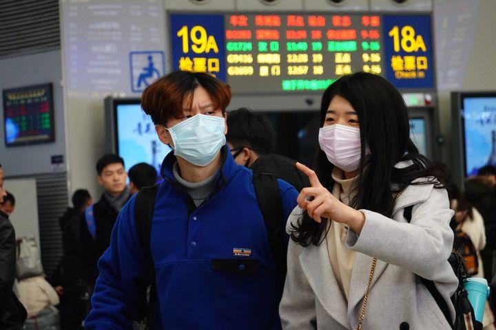 Chinese Passengers Combat Coronavirus Fears by Using Masks or Not