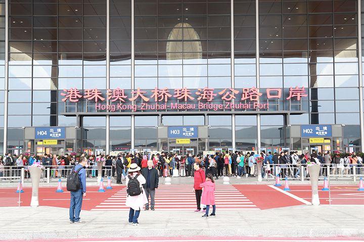 Hong Kong-Zhuhai-Macau Bridge Customs Nabbed Many Makeup Smugglers in March