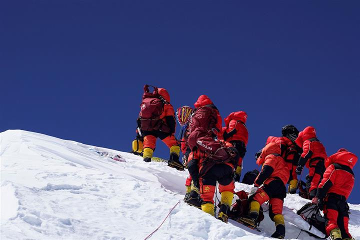 [In Photos] China's Everest Survey Team Scales Mountain's Peak