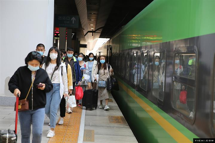 [In Photos] China's Train Stations Teem With Passengers Ahead of Labor Day Holiday
