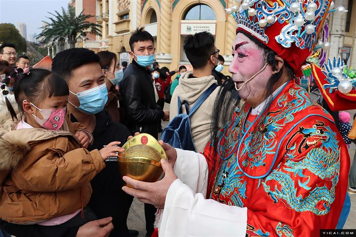 [In Photos] Chinese People Welcome God of Wealth Over Lunar New Year Holiday