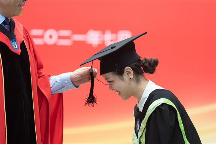 Most Chinese College Graduates Expect to Earn USD155,000 a Year Within 10 Years, Survey Shows