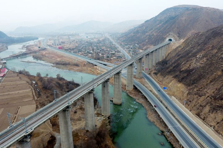 Railway Line Covering Western China Enters Commercial Operation After Nine Years of Construction