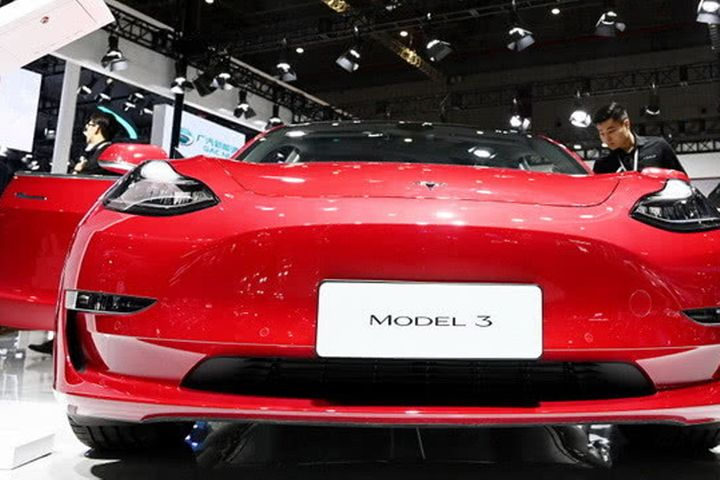 Tesla Delivers First 15 China-Made EVs as Production Falls Behind Schedule