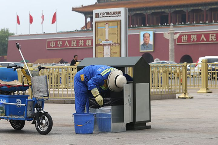 Tian'anmen Tourists Discard 53.5 Tons of Refuse Over Golden Week